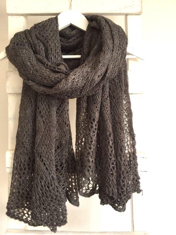 ajour gebreide shawl bruin