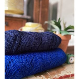 Ajour gebreide shawl, royal blue