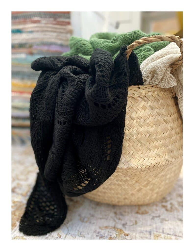 Ajour gebreide shawl, zwart